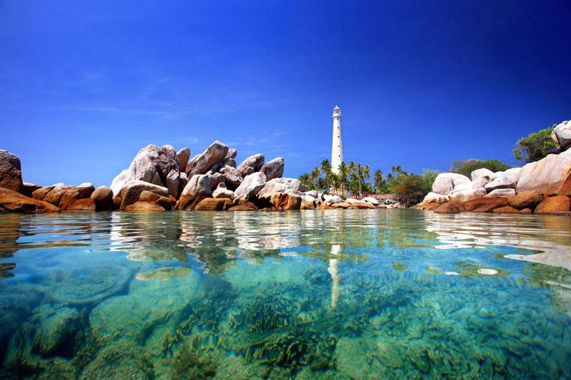 Laut Belitung yang biru dan jernih tidak kalah dengan Maldives.Sumber:4bp.blogspot.com