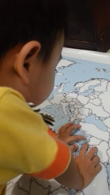Kiyoshi saat menghafal 236 negara di peta buta. (youtube)