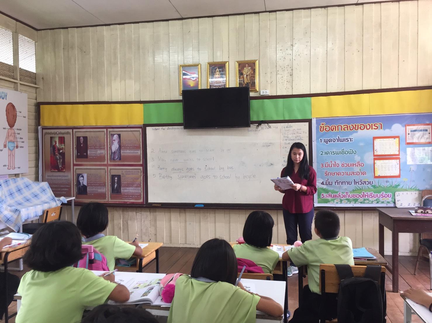 Flo saat mengajar murid-muridnya di Thailand