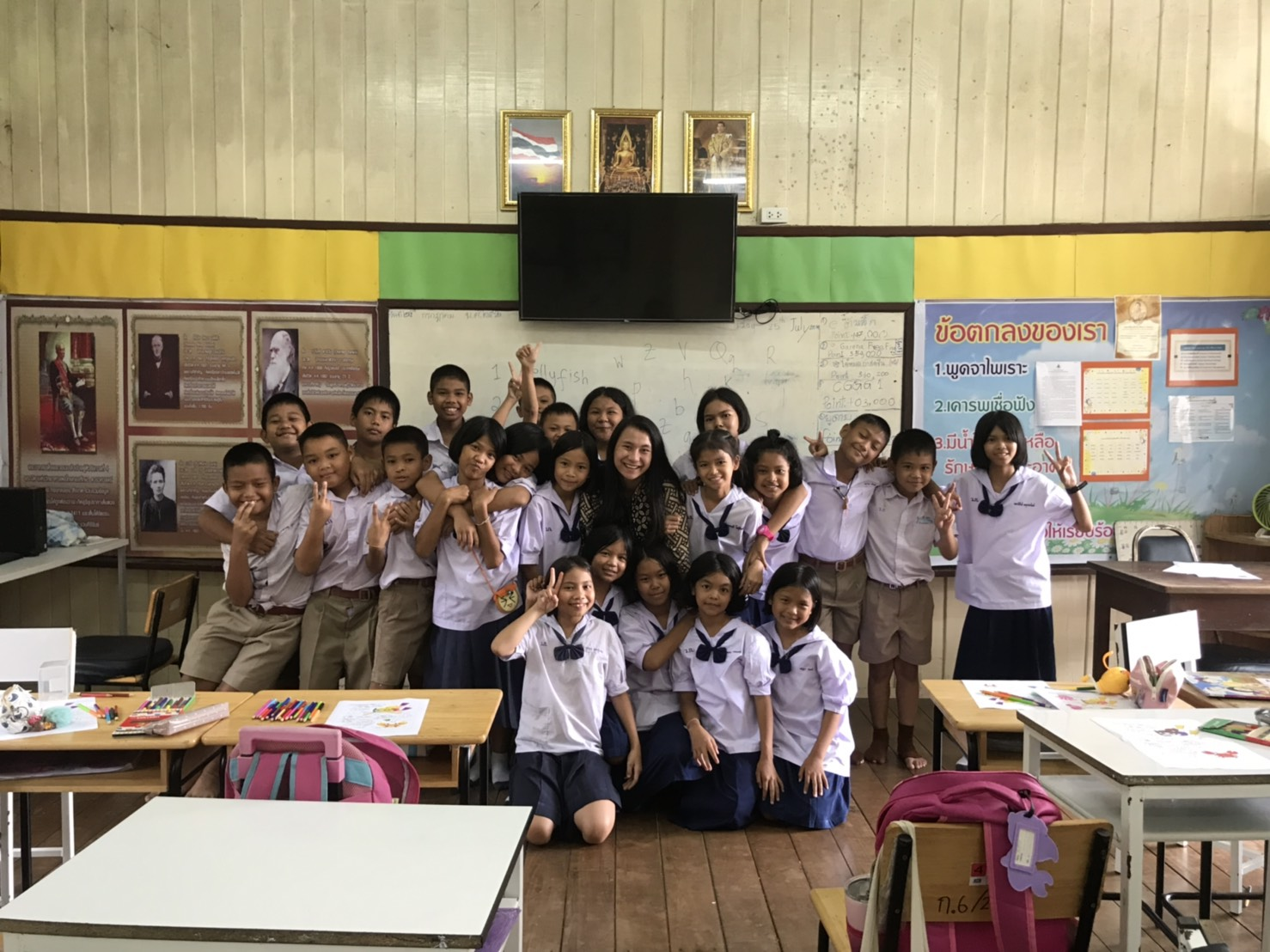 Flo bersama siswa-siswa SD di Ban Na, Nakhon Nayok, Thailand setelah kelas berakhir.