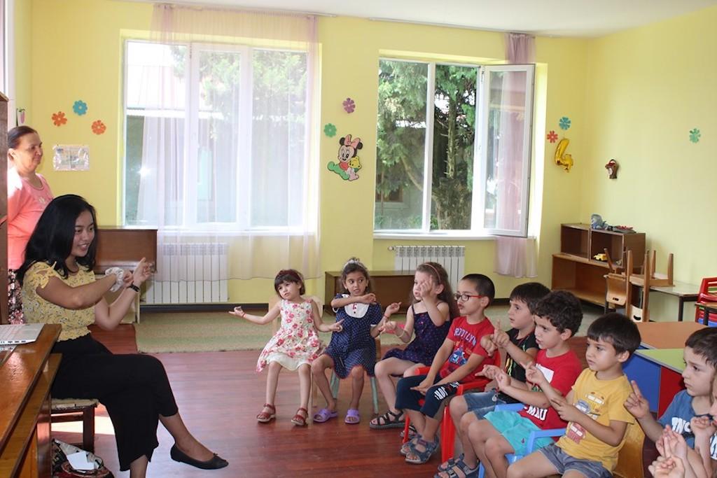 Foto 2 : Indira saat mengajari beberapa lagu anak – anak dalam bahasa Inggris kepada muridnya