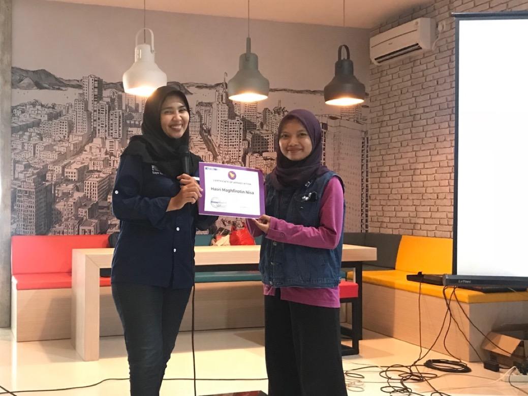 Penghargaan dari AIESEC Surabaya kepada Hasri Maghfirotin Nisa (sebelah kanan)