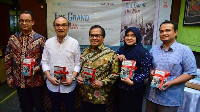 Anies Baswedan, Agus Tanzil Sjahroezah, Amir Sambodo, Anita Hairunnisa, Haris Priyatna dalam Launching Novel The Grand Old Man pada 1 Juni 2017