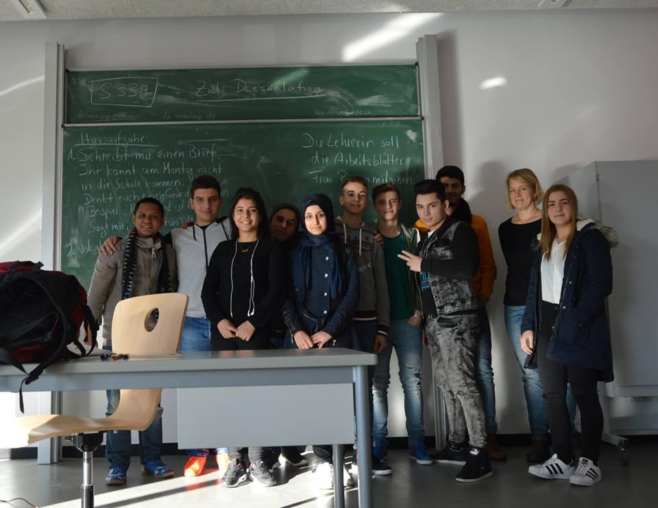 Foto bersama kelas Internasional beserta gurunya. Siswa - siswi kelas ini umumnya imigran dari Timur Tengah (Suriah, Turki, Albania dan negara di sekitarnya)