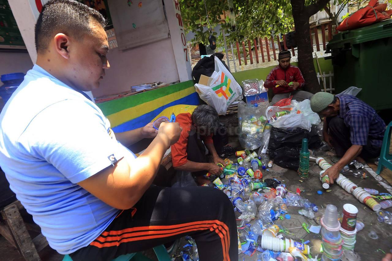 Di Kampung Cibunut Sampah Diolah Menjadi Beberapa Benda Seperti Tas