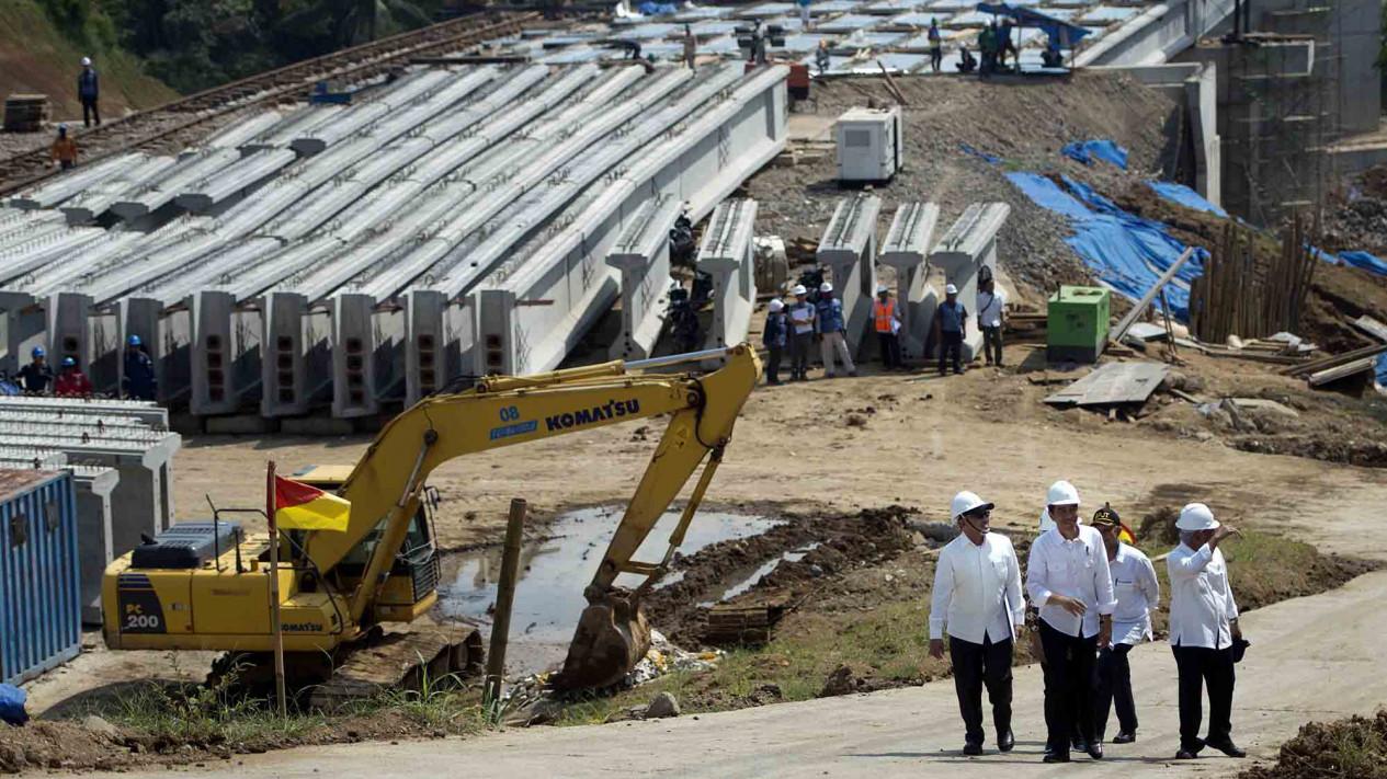 Presiden Republik Indonesia Saat Melangsungkan Kunjungan Kerja di Proyek Jalan Tol Tersebut