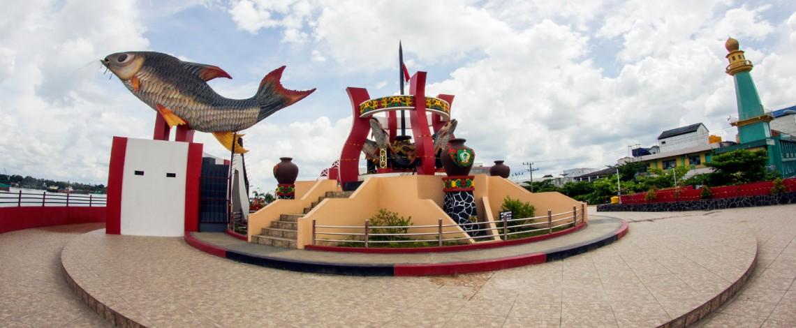 Tugu Ikan Jelawat di Sampit | Sumber dok: kotimkab.go.id