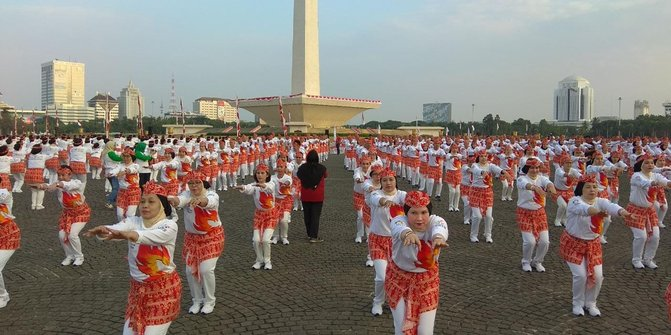 Berbagai Kalangan Termasuk Presiden RI dan Jajarannya Mengikuti Senam Poco-Poco | Sumber dok: Merdeka.com