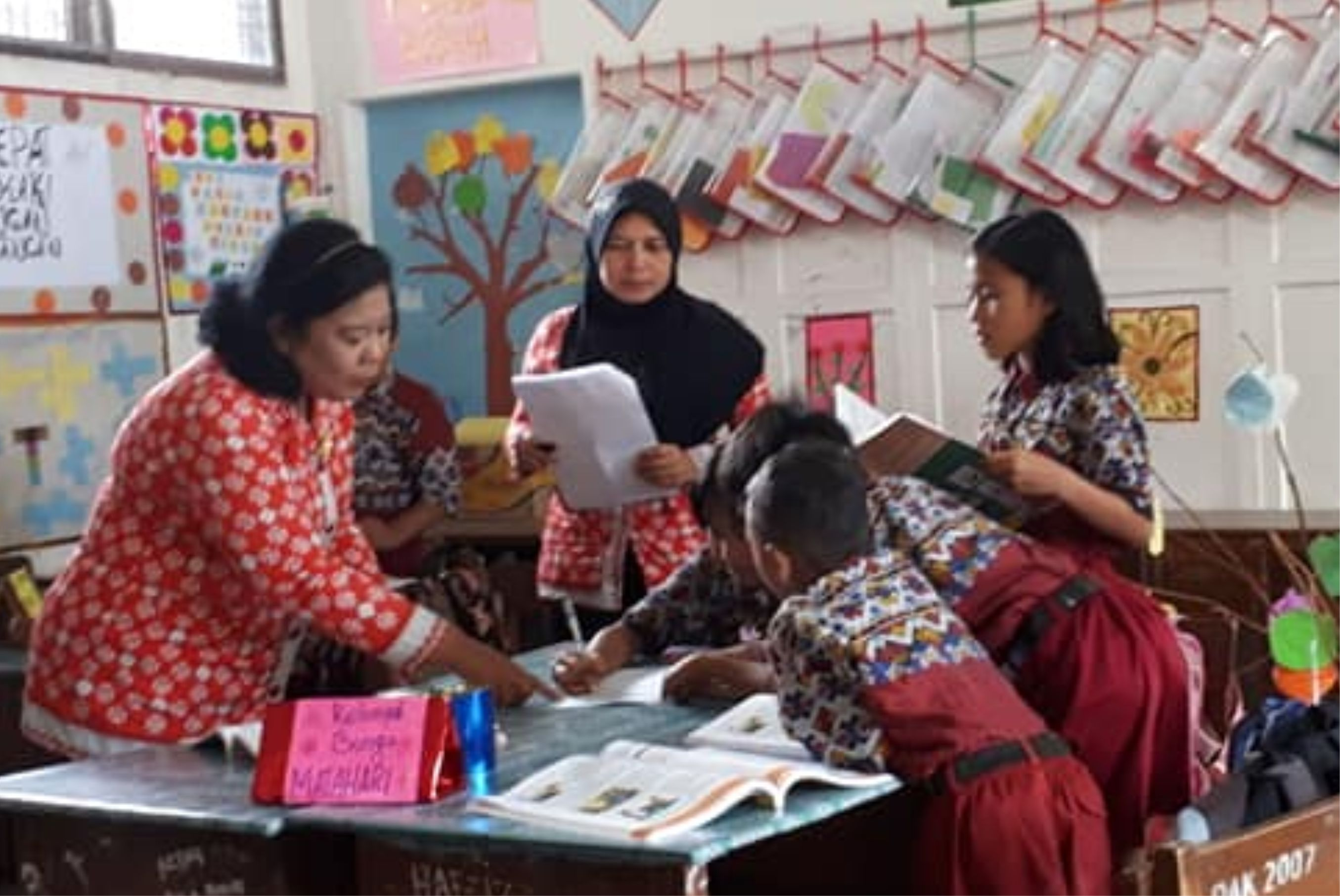 Murniati Nasution, Kepala SDN 122375 Pematang Siantar (tengah) saat melakukan pendampingan pembelajaran di kelas.