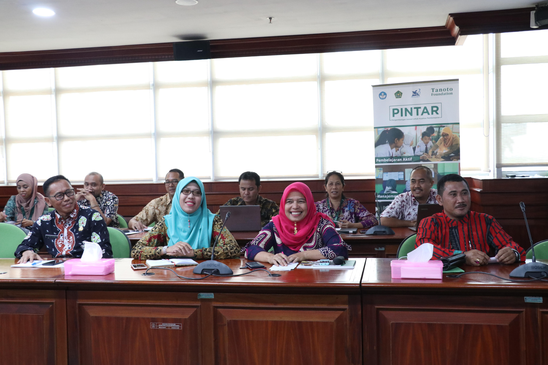 Hamid Muhammad, Dirjen Dikdasmen Kemdikbud (kelima dari kiri) bersama para narasumber Sharing Best Practice Program PINTAR Tanoto Foundation.