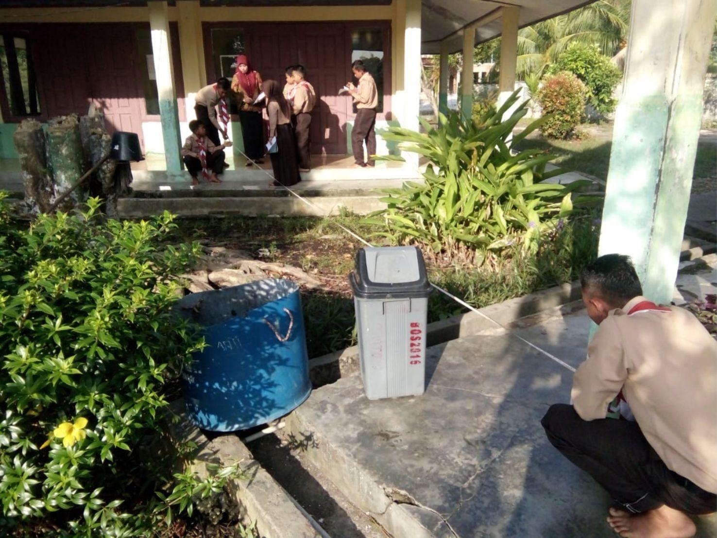 Siswa SMPN 4 Sungai Apit, Siak sedang bekerja sama mengukur jarak beberapa tempat yang ada di sekolah untuk bahan pembuatan denah sekolah