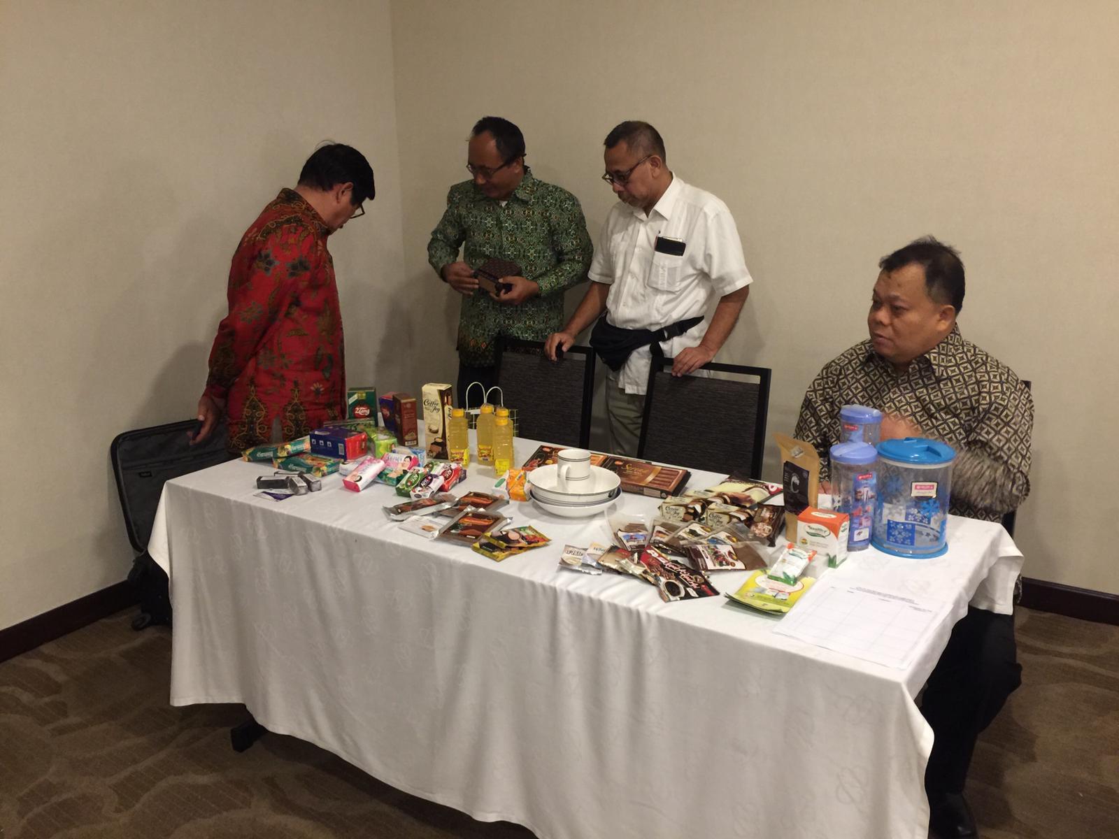 Tim KBRI Havana memamerkan produk-produk buatan Indonesia