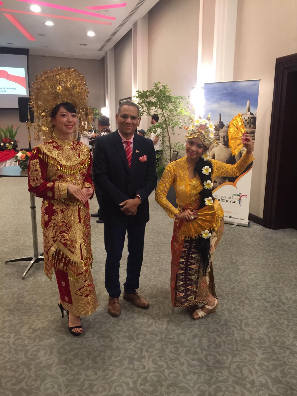 Diaspora Indonesia di Republik Dominika mengenakan pakaianadat khas Palembang (kiri) dan Bali (Kanan).