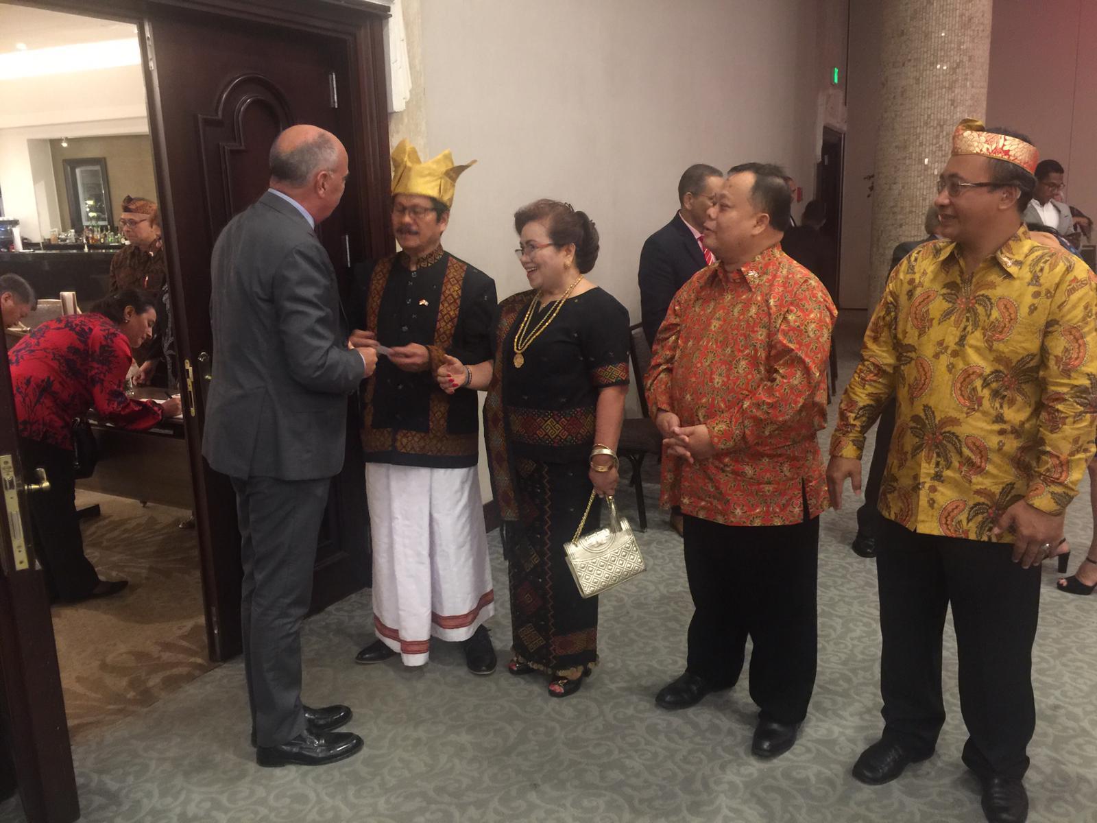 Duta Besar Alfred Palembangan menerima para tamu dan hadirin