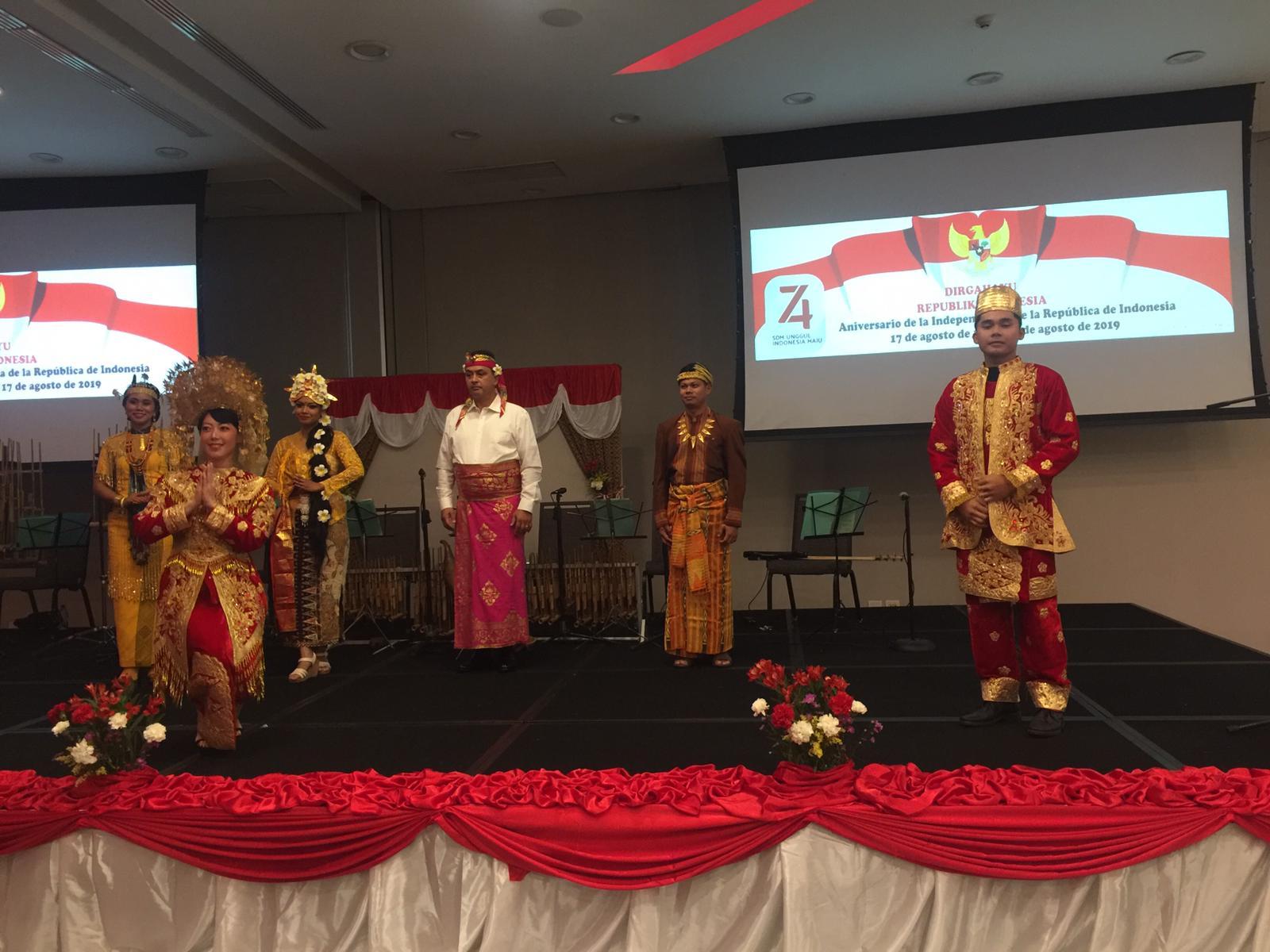 Diaspora Indonesia memukau para tamu dan hadiri dengan pakaian adat dari berbagai daerah.