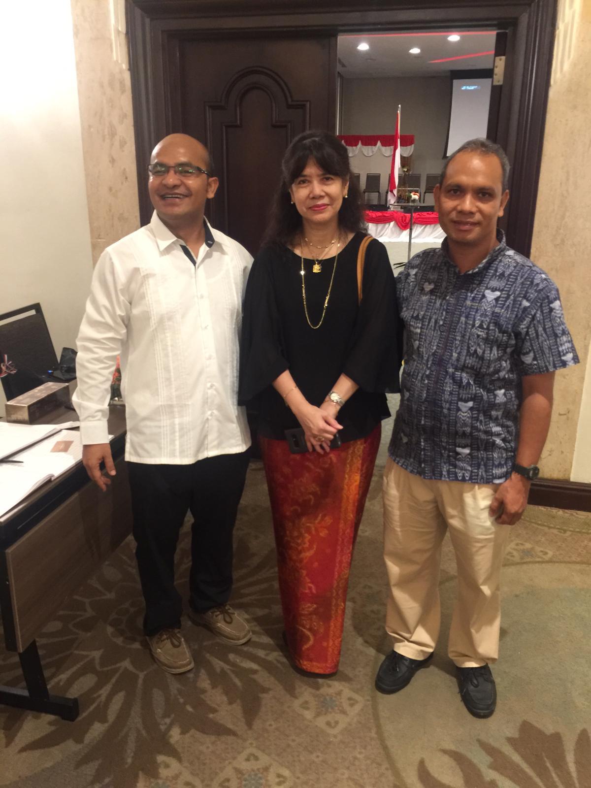 Duta Besar Emeria Siregar bersama dengan dua Romo asal Indonesia