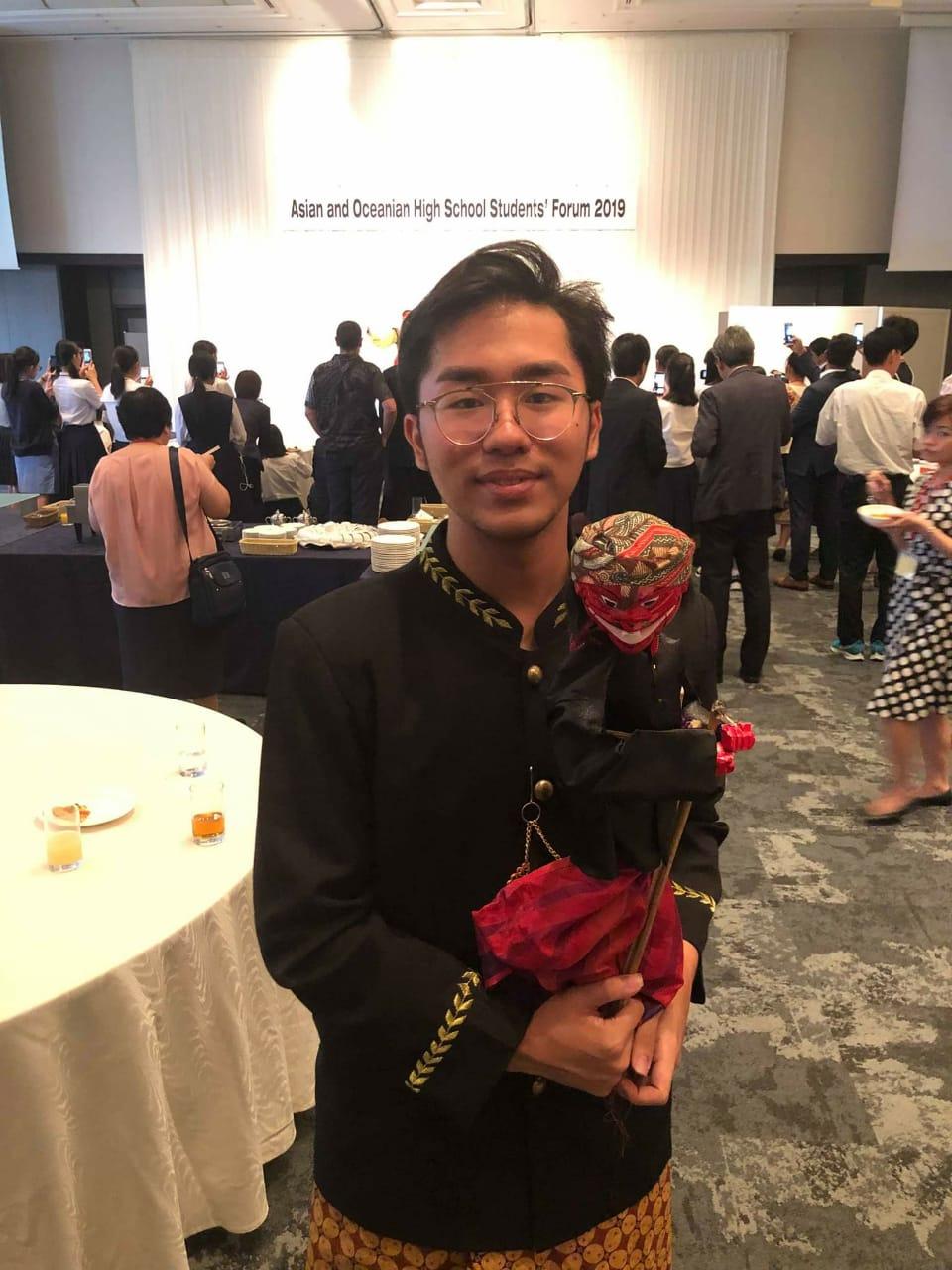 Nicklaus Daniel Yulio Tedjanegara memamerkan wayang golek khas Indonesia