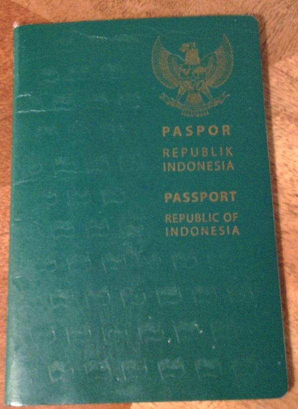 Tampilan sampul depan paspor (biasa) RI terbitan tahun 2011 (C) Ivan Tedjanegara (IvanRT05)
