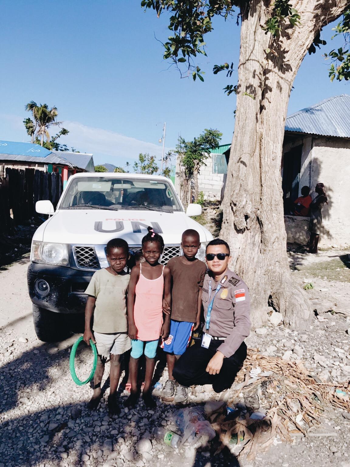 Bersama anak – anak korban badai Matthew yang melanda bagian selatan Haiti 04 Oktober 2016. PBB kerap memberikan bantuan berupa bahan makanan dan bahan bangunan kepada warga yang wilayahnya diterpa bencana badai pada waktu itu. (C)Mikael Situmorang
