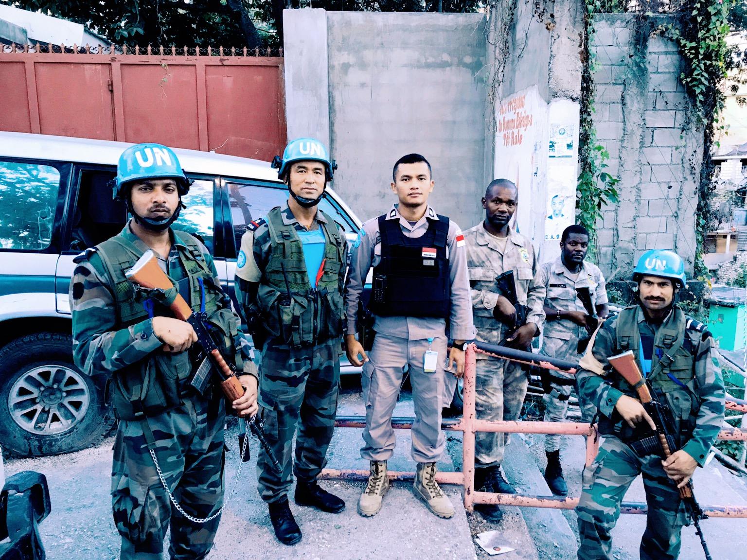 Bersama Kepolisian Nasional Haiti dan FPU (Formed Police Unit) dari melaksanakan operasi kepemilikan senjata illegal di Port au Prince, Haiti. (C)Mikael Situmorang