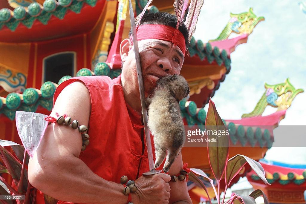 Tatung dalam Perayaan Cap Go Meh, Singkawang | foto : Getty Images