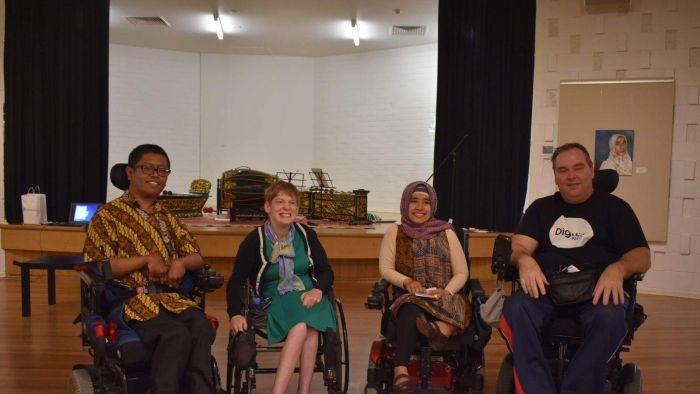 Faisal Rusdi (kiri) berserta Cucu Saidah, istrinya (kedua dari kanan) saat acara pembukaan pameran tunggalnya l AustraliaPlus