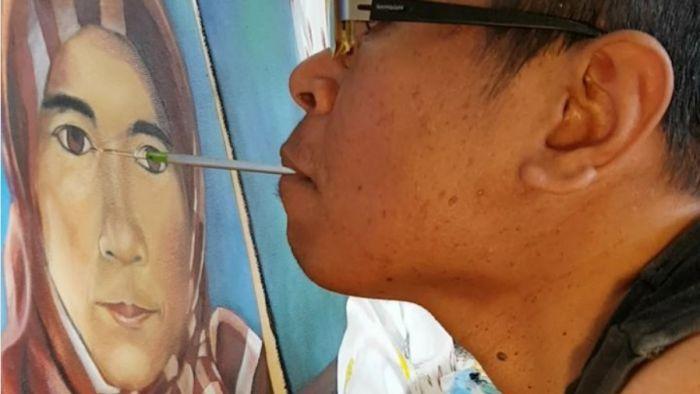 Faisal Rusdi sedang melukis | AustraliaPlus
