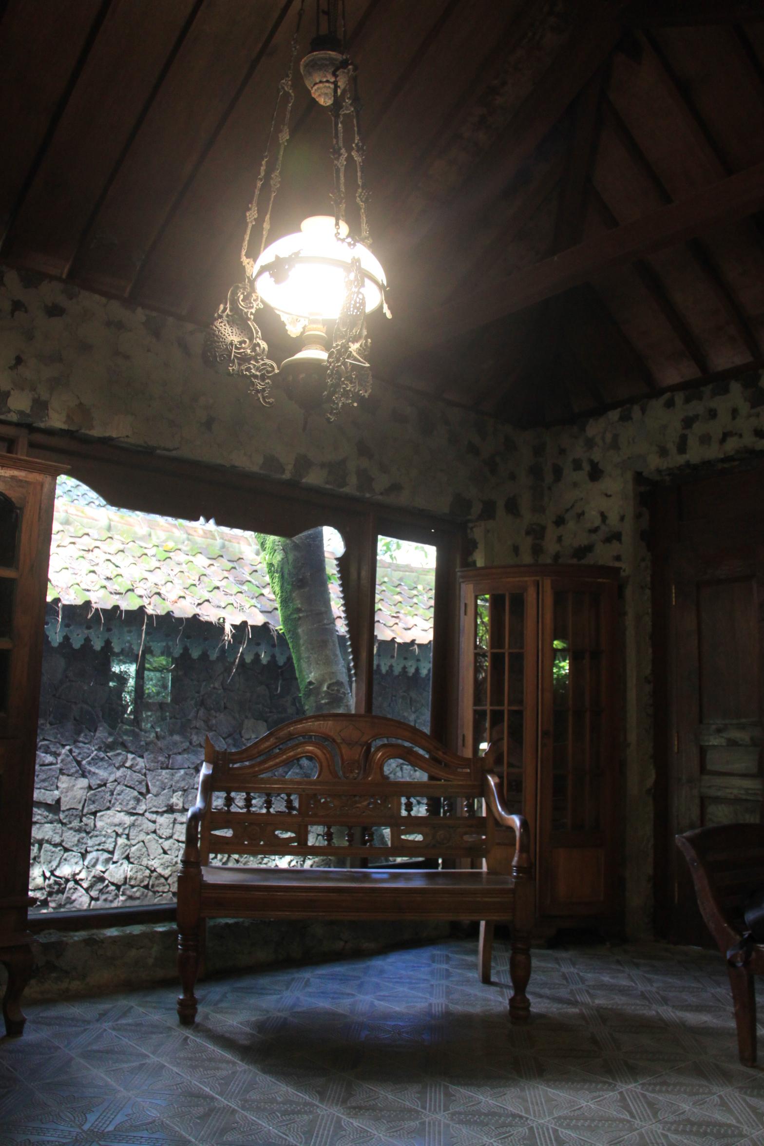 Di ruang ini wisatawan disuguhi Wedang Ratoe Mas