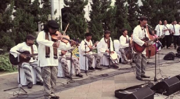 Salah satu penampilan Keroncong Tugu dalam festival kampung Tugu 2010 | Foto: tempo.co