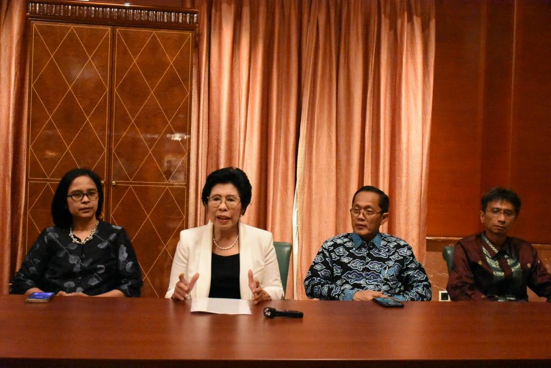 Ketua MWA ITB Yani Panigoro bersama Prof Reini, Prof Jaka Sembiring, dan Prof Kadarsah Suryadi yang merupakan tiga Calon Rektor ITB Periode 2020-2025  Foto: Humas ITB/Adi Permana