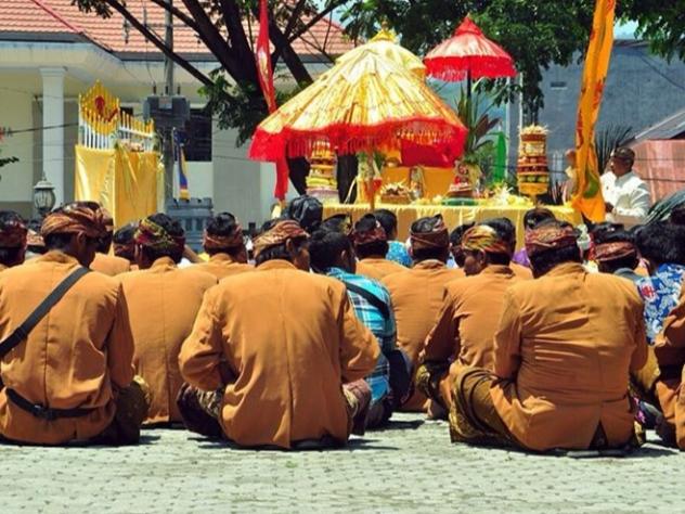 Masyarakat Bali yang melakukan Masossor Manurung dengan ritual Bali   Foto: @abdilatiefi/Instagram