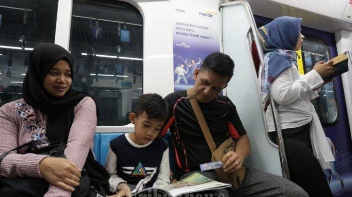 Pengguna MRT yang meminjam buku dari pojok baca | Foto: tribunnews.com