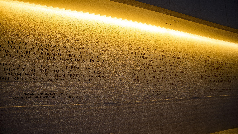 Dinding sekitar monumen pembebasan papua barat yang di isi dengan tulisan-tulisan terkait Konfrensi Meja Bundar | foto: sinarmas.com