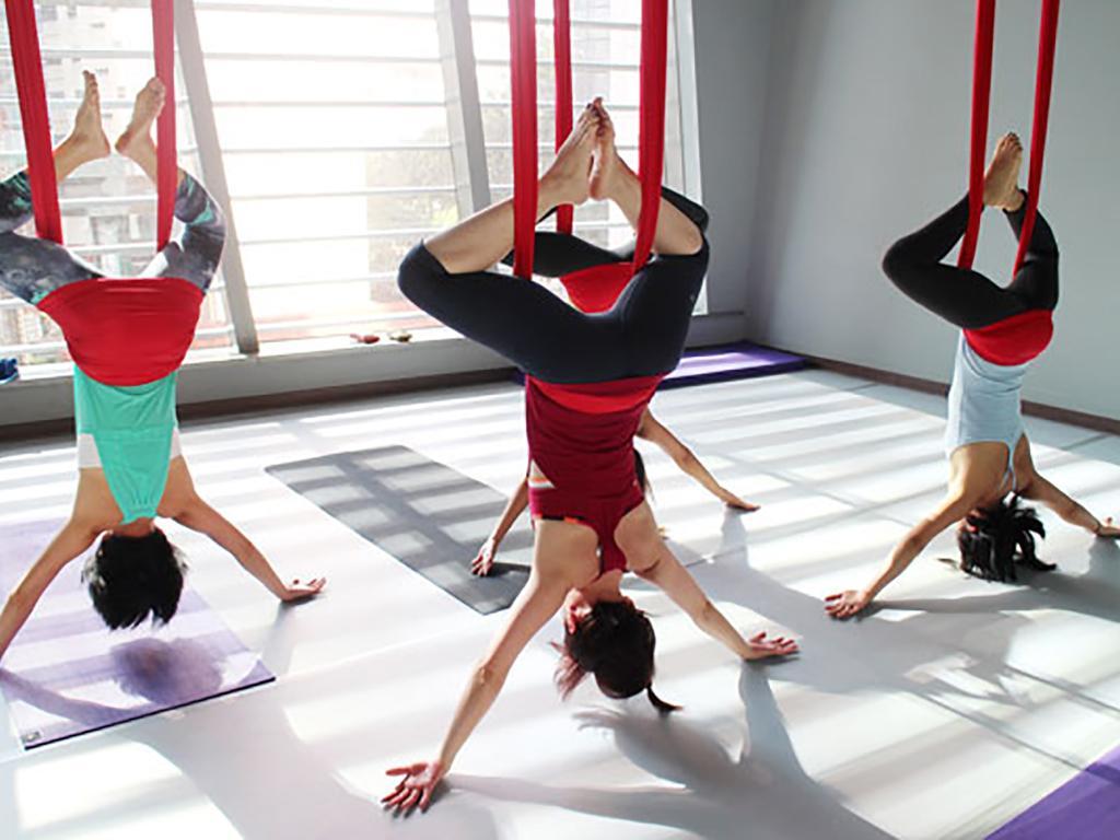 Salah satu posisi Antigravity Yoga | foto: greenqueen.com.hk