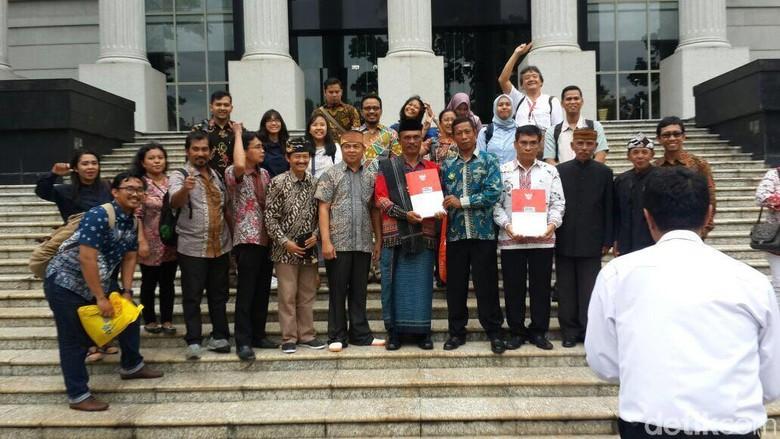 Masyarakat penghayat kepercayaan yang gugatannya dikabulkan oleh Mahkamah Konstitusi (MK) | foto: detik.com