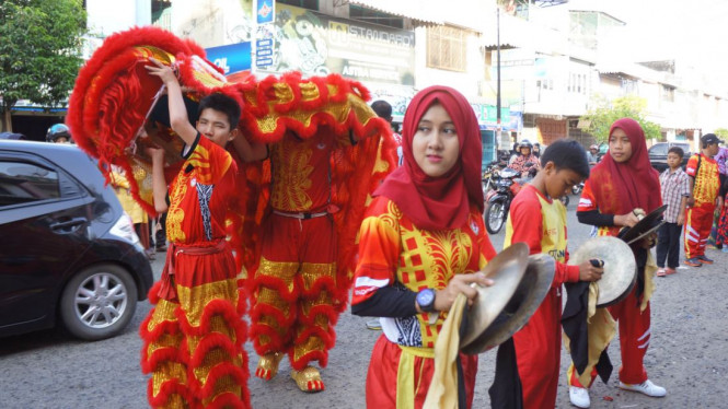 Ratih Puspasari dan Nabila Wulansari, anggota Golden Dragon yang memakai hijab | Foto: viva.co.id