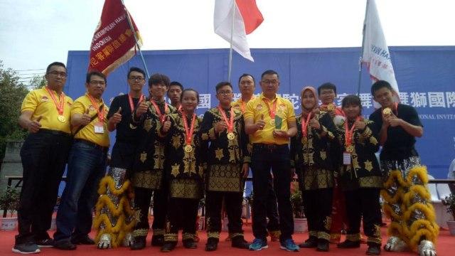 Tim Golden Dragon dengan medali penghargaan di Henan, Zheng Zhou, Cina | Foto: kumparan.com