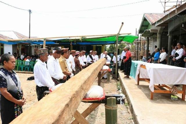 Kayu terpilih yang sedang didoakan oleh tokoh agama dan tokoh adat setempat | foto: kumparan.com