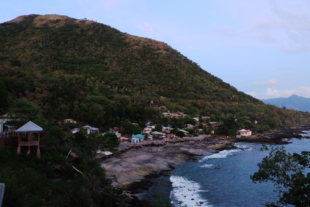 Desa Lamalera yang diapit bukit dan laut lepas
