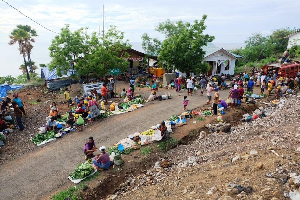 Pasar barter di dekat puskesdes