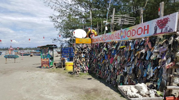 Sudut Sandal Pondok Jodoh di Pantai Tapak Paderi Bengkulu (source image: detik.com)