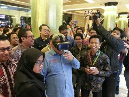 Ketua Umum PON XIX Jabar 2016 Ahmad Heryawan mencoba teknologi VR dari Telkom (source: bandung.bisnis.com)