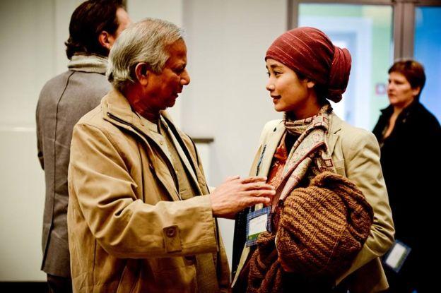 Marina berbincang dengan perain Nobel Perdamaian 2006, Muhammad Yunus (foto: bbc.com)