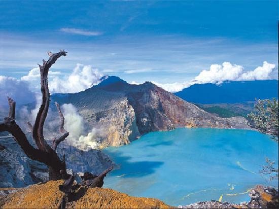 Kawah Ijen, salah satu destinasi wajib di Banyuwangi (source: tripadvisor.com)