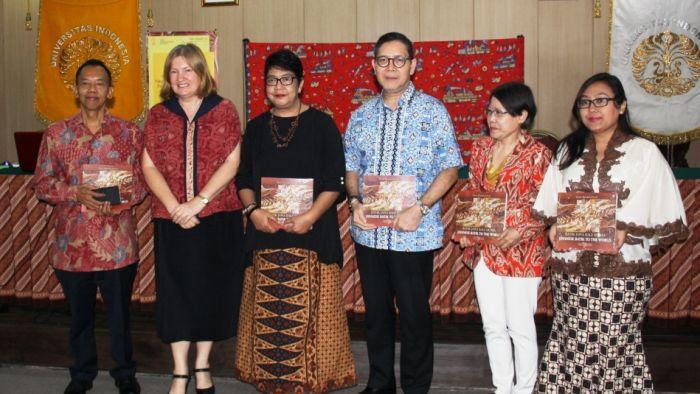 Maria melucurkan buku sejarah batik Jawa yang dipersembahkan bagi masyarakat Indonesia (source image: australiapulus)