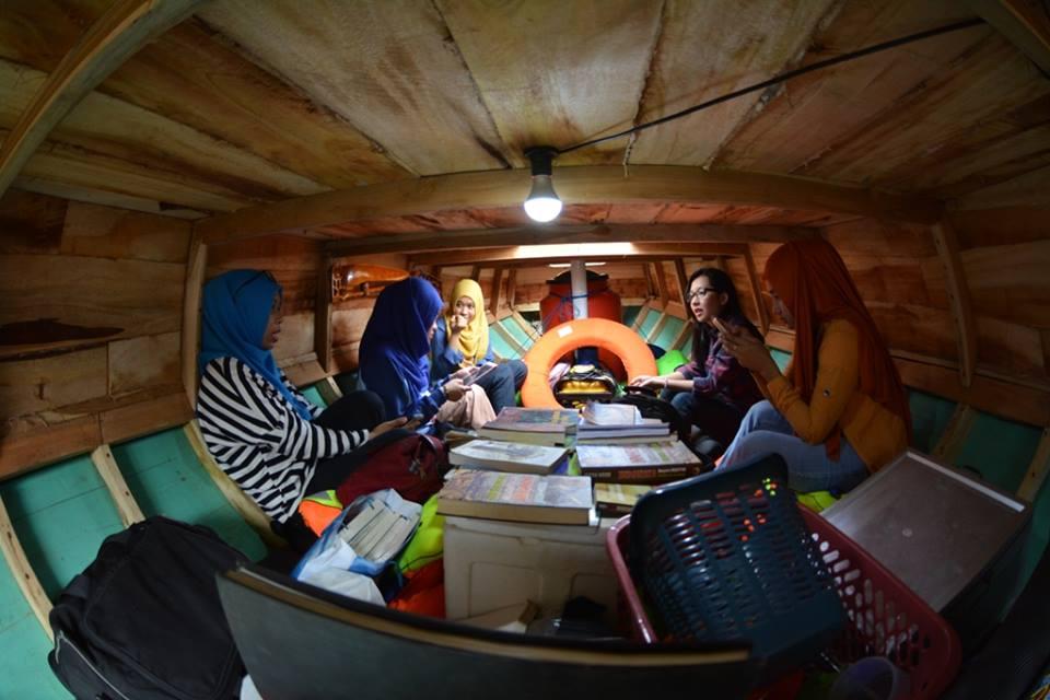 Membaca di perpustakaan Perahu Pustaka juga menyenangkan. Perahu Pustaka melayarkan buih-buih cinta baca buku pada anak negeri hingga di pelosok samudera