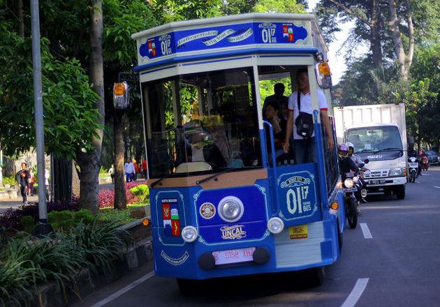 Bus wisata punya Bogor, Uncal, memang dibuat tidak bertingkat karena kondisi jalanan yang banyak pohonnya