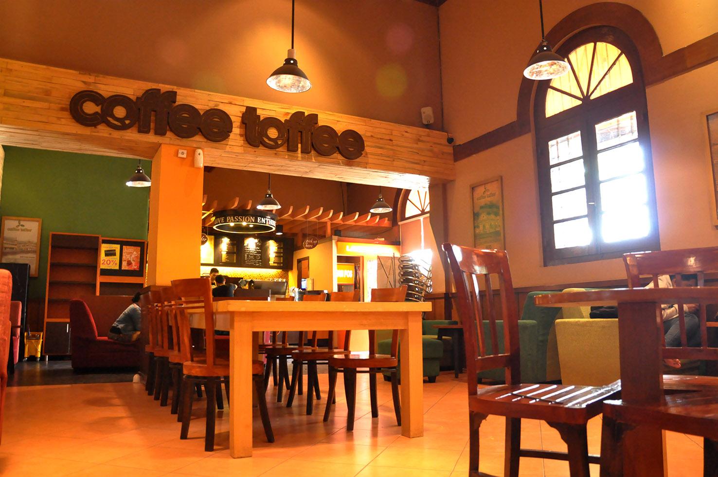 Tampilan interior gerai Coffee Toffee Taman Apsari, Surabaya (foto: franchiseglobal.com)