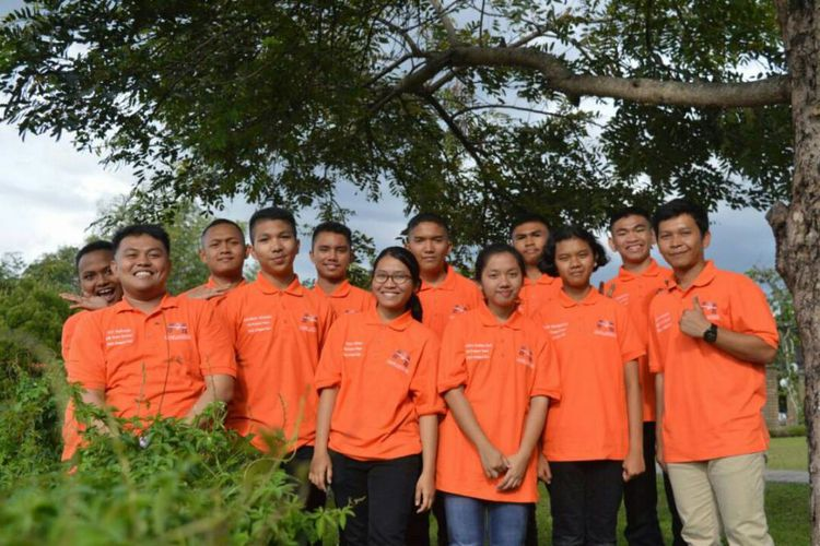 Inilah para siswa SMA Unggul Del yang berhasil menerbangkan eksperimen mereka ke ruang angkasa (foto: kompas.com)