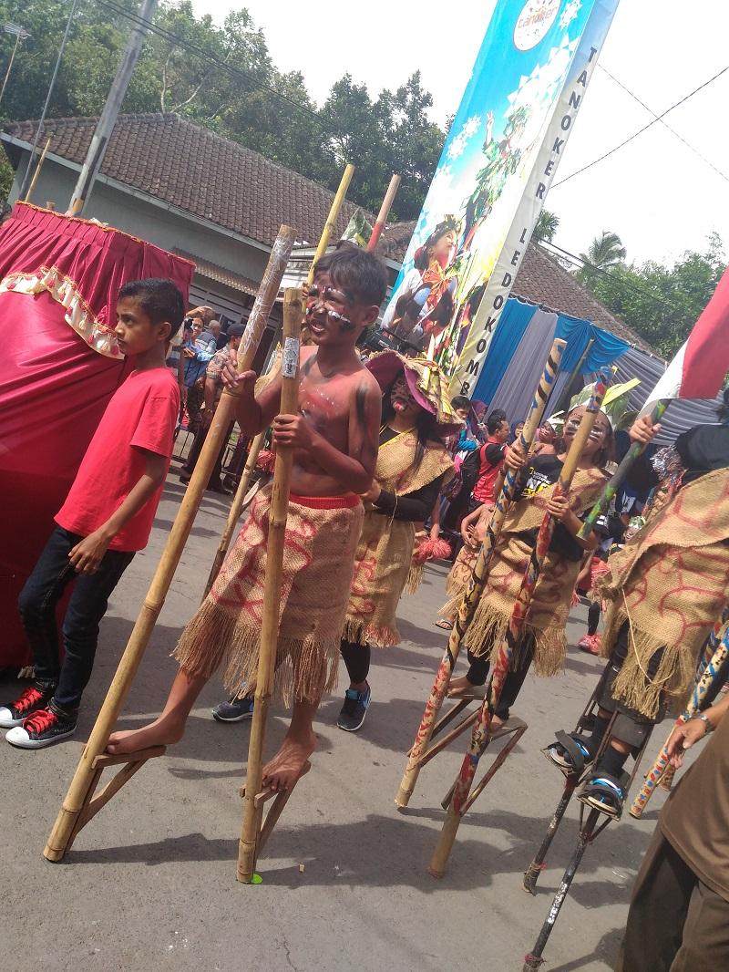 Sebanyak 19 peserta dari SD, SMP, dan komunitas di Ledokombo mengikuti lomba parade egrang (foto: GNFI)